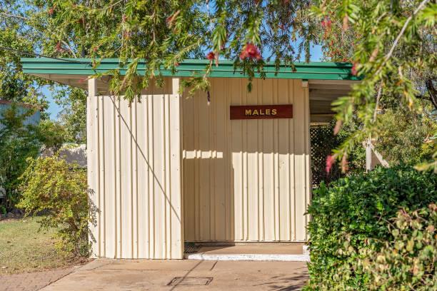 caravan park männliche toilette - badmöbel gäste wc stock-fotos und bilder