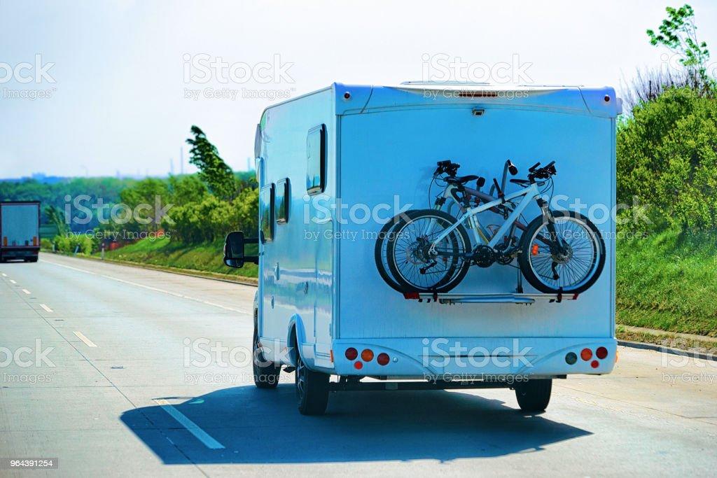 Caravan met fietsen op de snelweg in Tsjechië - Royalty-free Aanhangwagen Stockfoto