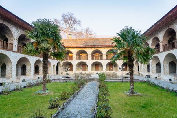 caravansaray courtyard view in sheki, azerbeidzjan - karavanserai stockfoto's en -beelden