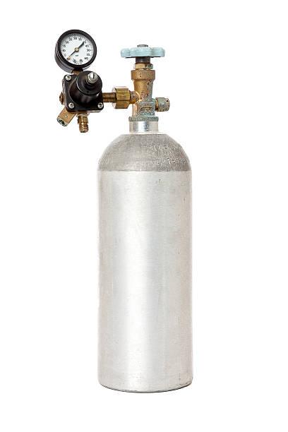 kohlendioxid-tank mit regulierungsinstrument, isoliert auf weiss - was ist co2 stock-fotos und bilder