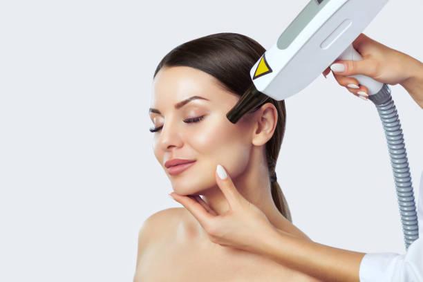 Kohlenstoff-Gesicht peeling-Verfahren in einem Schönheitssalon. Hardware-Kosmetik-Behandlung. – Foto
