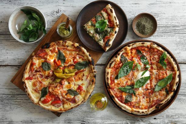 pizza alla carbonara e pizza di carne - pizza foto e immagini stock