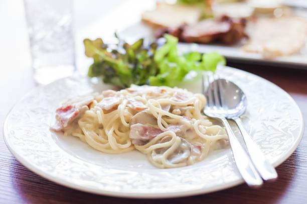 carbonara mit schinken und käse - pasta cabonara stock-fotos und bilder