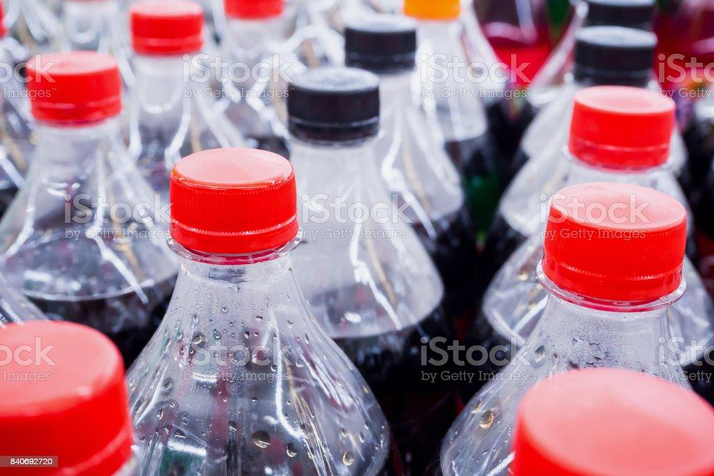 Cerca de botellas de bebidas carbonatadas - foto de stock