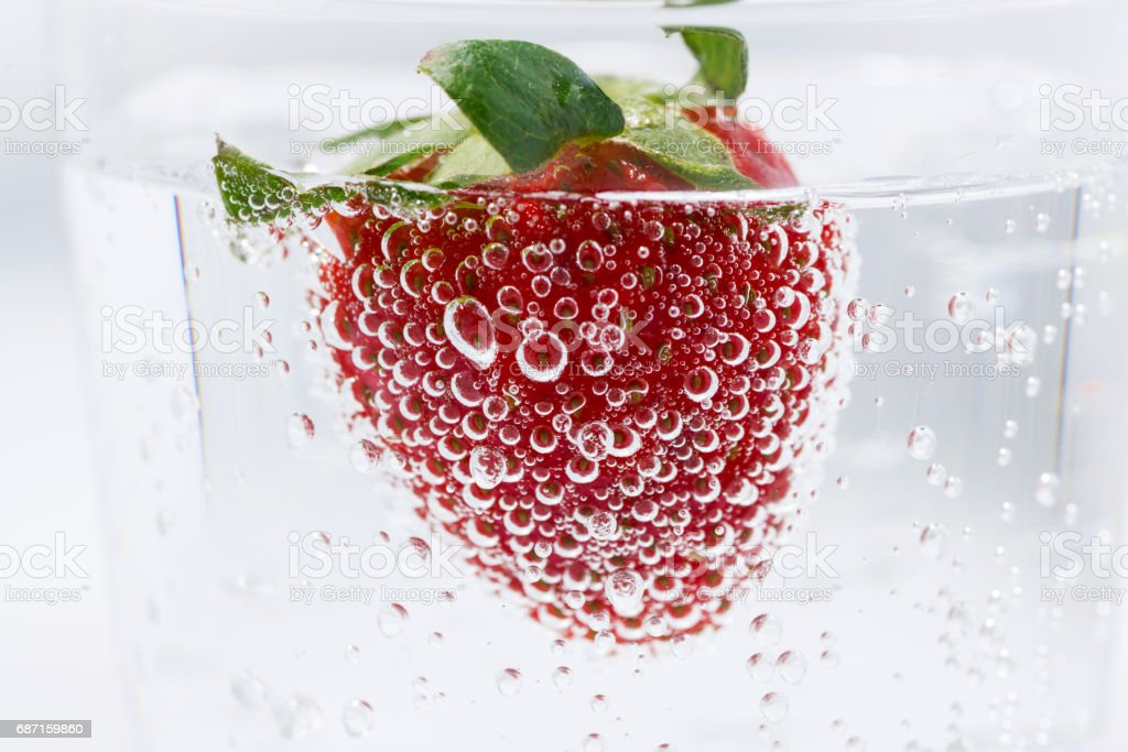carbonated water with fresh strawberries, closeup – Foto