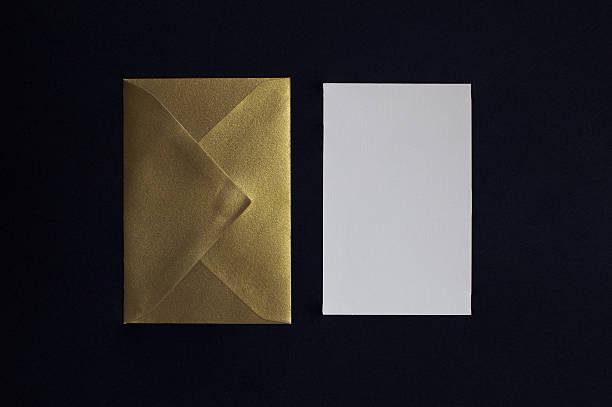 karte einladung umschlag und goldenen auf schwarzem hintergrund - herbst hochzeitseinladungen stock-fotos und bilder