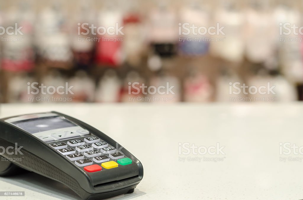 card reader on the table in the store - foto de acervo