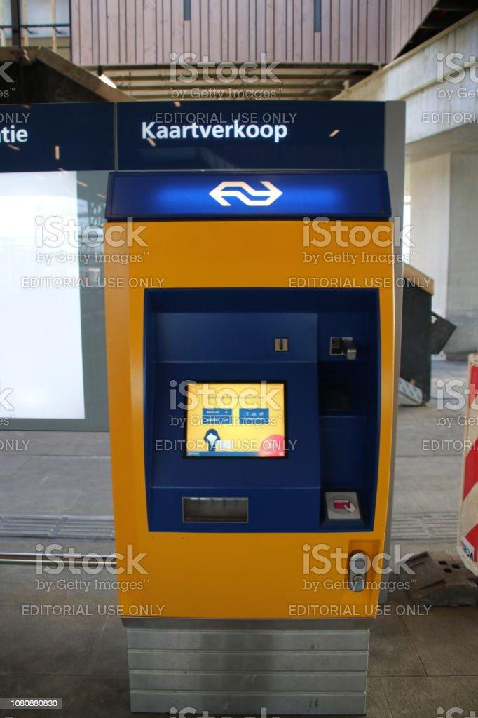 Kaart verkoopautomaat op het platform bij het nieuwe station Zoetermeer Lansingerland in Nederland aan de kant van Lansingerland foto