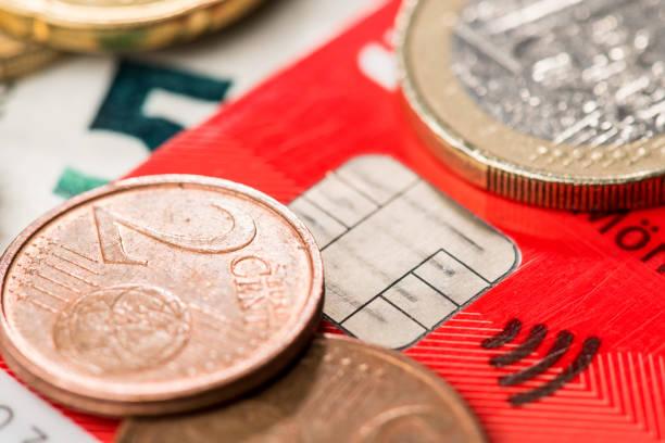 ec-karte mit euro-münzen - bankhaken stock-fotos und bilder