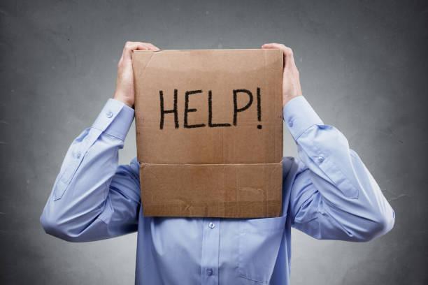 Karton auf Geschäftsmann Kopf um Hilfe bitten – Foto