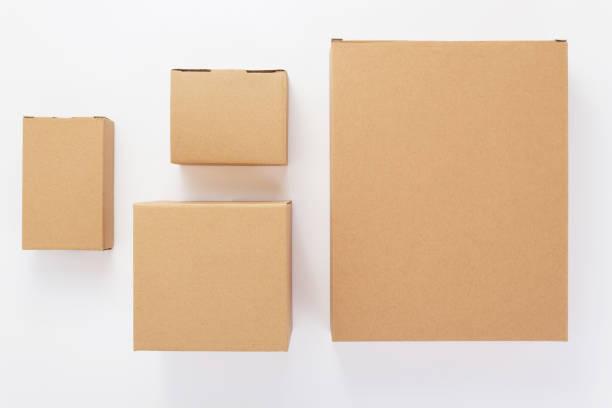 kartonnen doos op witte achtergrond - kartonnen verpakking stockfoto's en -beelden