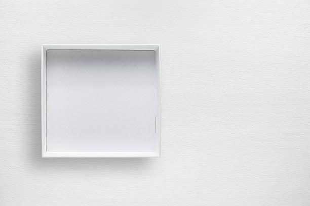 cardboard box on white table - puste pudełko zdjęcia i obrazy z banku zdjęć