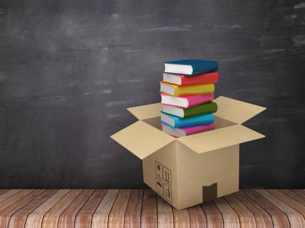 caja de cartón con libros sobre piso de madera - fondo de pizarra - render 3d - suministros escolares fotografías e imágenes de stock