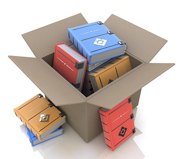 caja de cartón con libros - suministros escolares fotografías e imágenes de stock