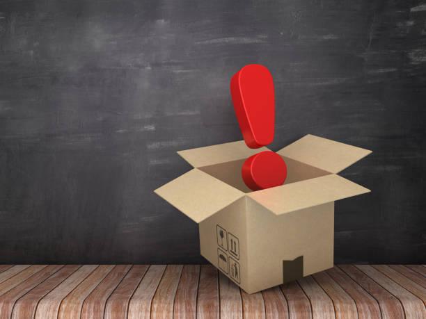 caja de cartón con signo de exclamación en el piso de madera - fondo de pizarra - render 3d - suministros escolares fotografías e imágenes de stock
