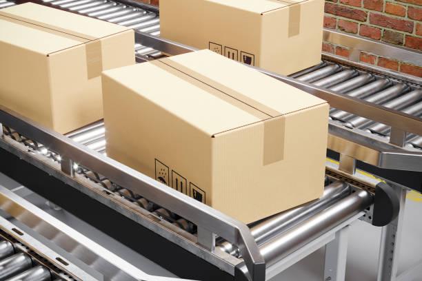 Kartons auf einem Produktionsförderer. – Foto