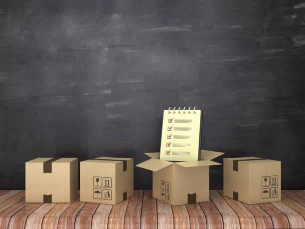 kartonboxen mit check-liste notiz-pad auf holzboden-chalkboard-hintergrund-3d-rendering - umzug checkliste stock-fotos und bilder