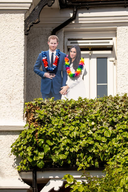 cardboard cut outs of meghan markl and prince harry on a house front in windsor celebrating the marriage of meghan markle and prince harry at st george's chapel at windsor castle - principe harry foto e immagini stock
