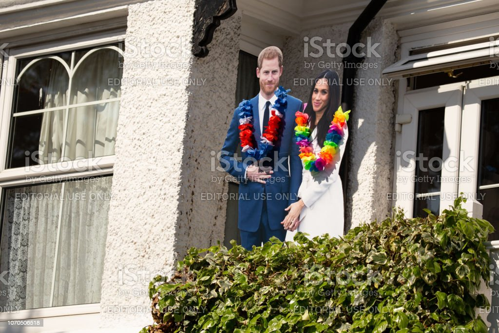 Cardboard cut outs of Meghan Markl and Prince Harry on a house front in Windsor celebrating the marriage of Meghan Markle and Prince Harry at St George's Chapel at Windsor Castle - Стоковые фото Duchess of Sussex роялти-фри