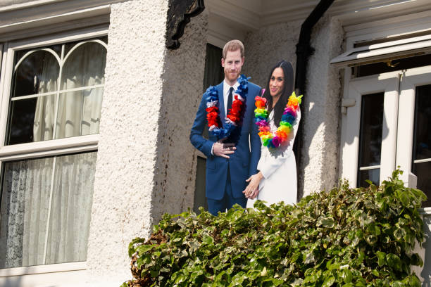 cardboard cut outs of meghan markl and prince harry on a house front in windsor celebrating the marriage of meghan markle and prince harry at st george's chapel at windsor castle - meghan markle стоковые фото и изображения