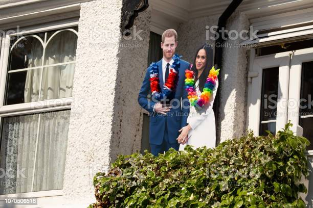 Cardboard Cut Outs Of Meghan Markl And Prince Harry On A House Front In Windsor Celebrating The Marriage Of Meghan Markle And Prince Harry At St Georges Chapel At Windsor Castle — стоковые фотографии и другие картинки Duchess of Sussex