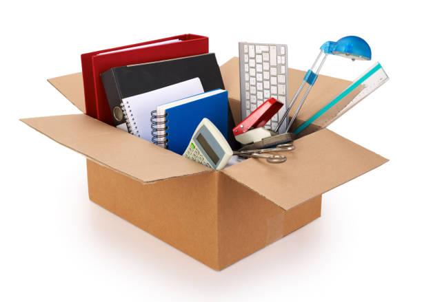 kartonnen verhuis doos gevuld met kantoorbenodigdheden op witte achtergrond. - netherlands map stockfoto's en -beelden