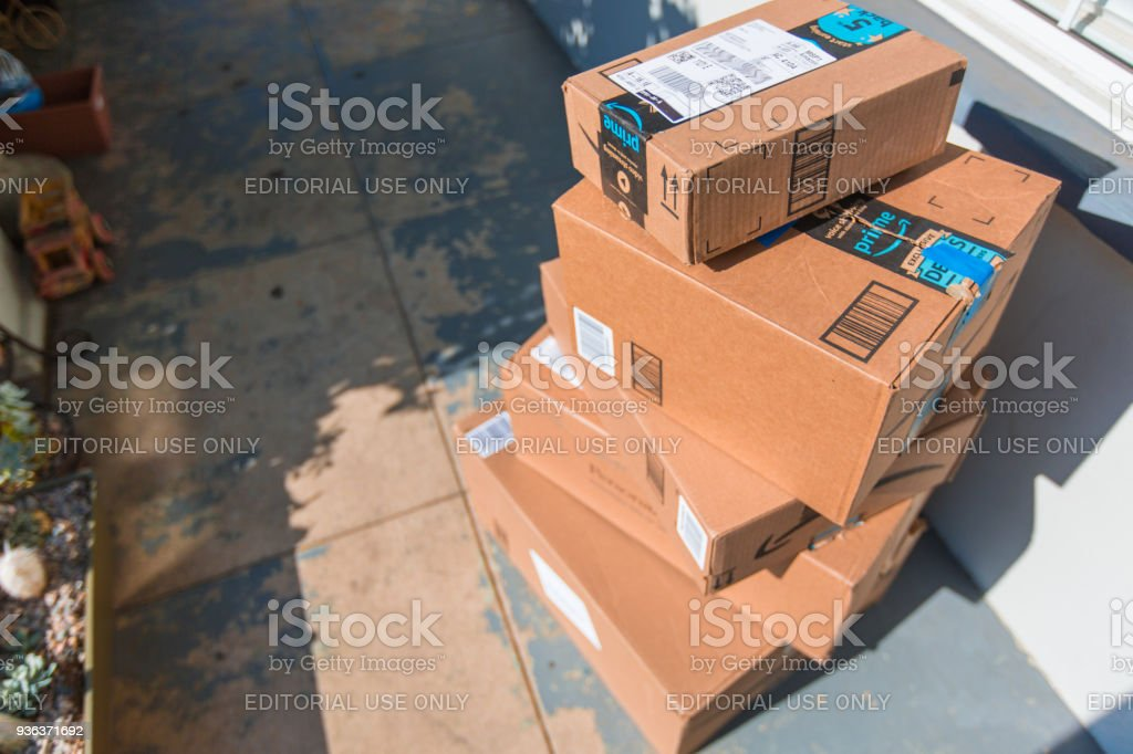 Cardboard package delivery at front door - foto stock