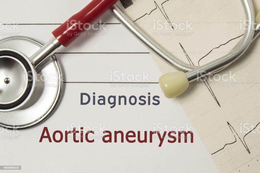 Kardiale Diagnose Aortenaneurysma. Arzt am Arbeitsplatz sind rote Stethoskop, gedruckt auf Papier ECG Linie und ein Stift Nahaufnahme auf medizinischen Handbuch, die Diagnose Aortenaneurysma angegeben liegen – Foto