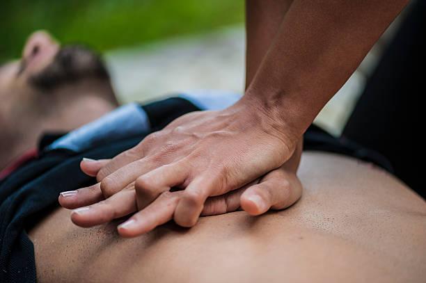 Massagem cardíaca - foto de acervo