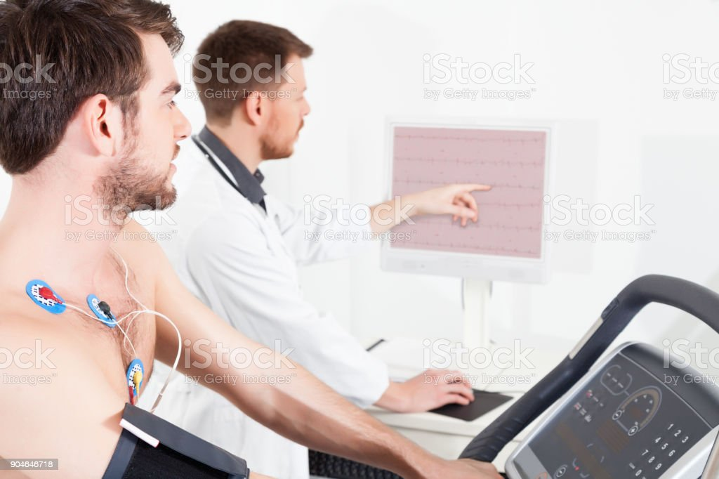 teste de esforço cardíaco traçados de ECG - foto de acervo