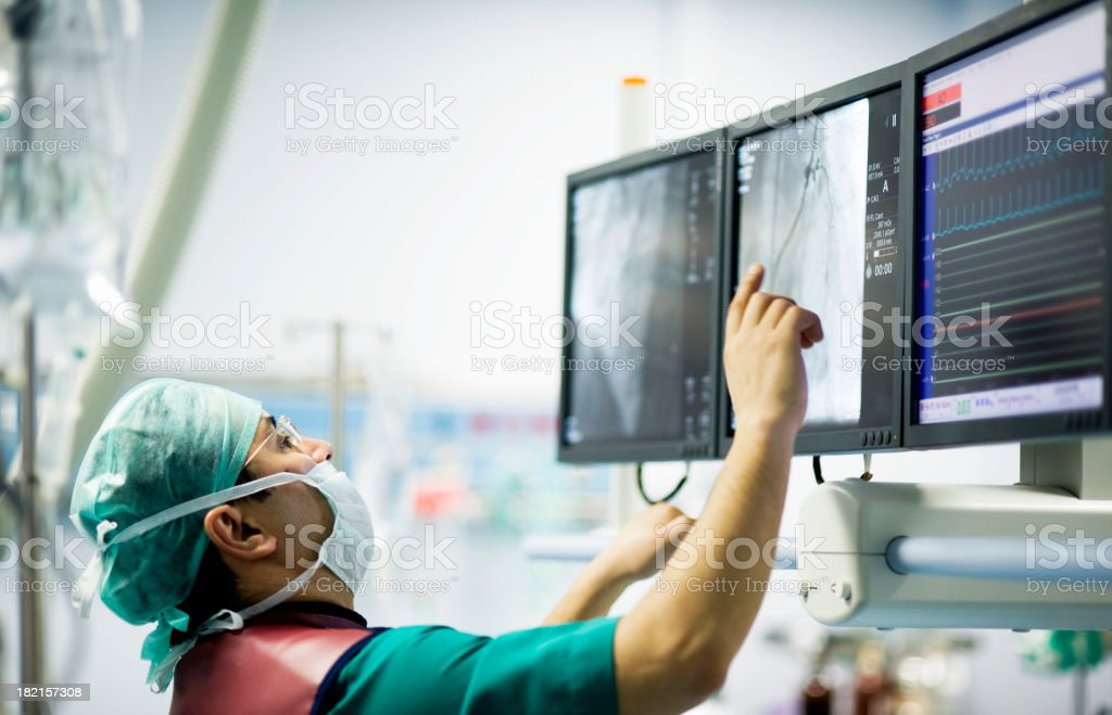 El cardiólogo médico en la sala de operaciones - foto de stock