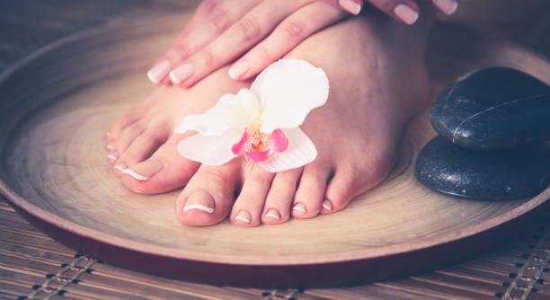 Pflege für schöne Frau Beine auf dem Boden – Foto
