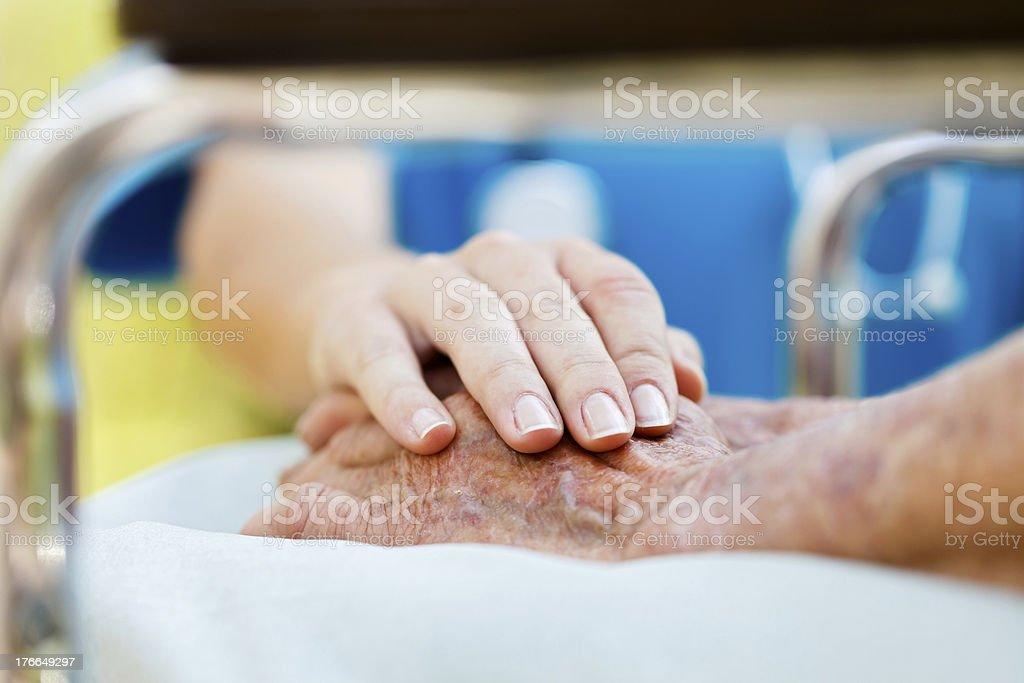 Pflege älterer Menschen im Rollstuhl – Foto