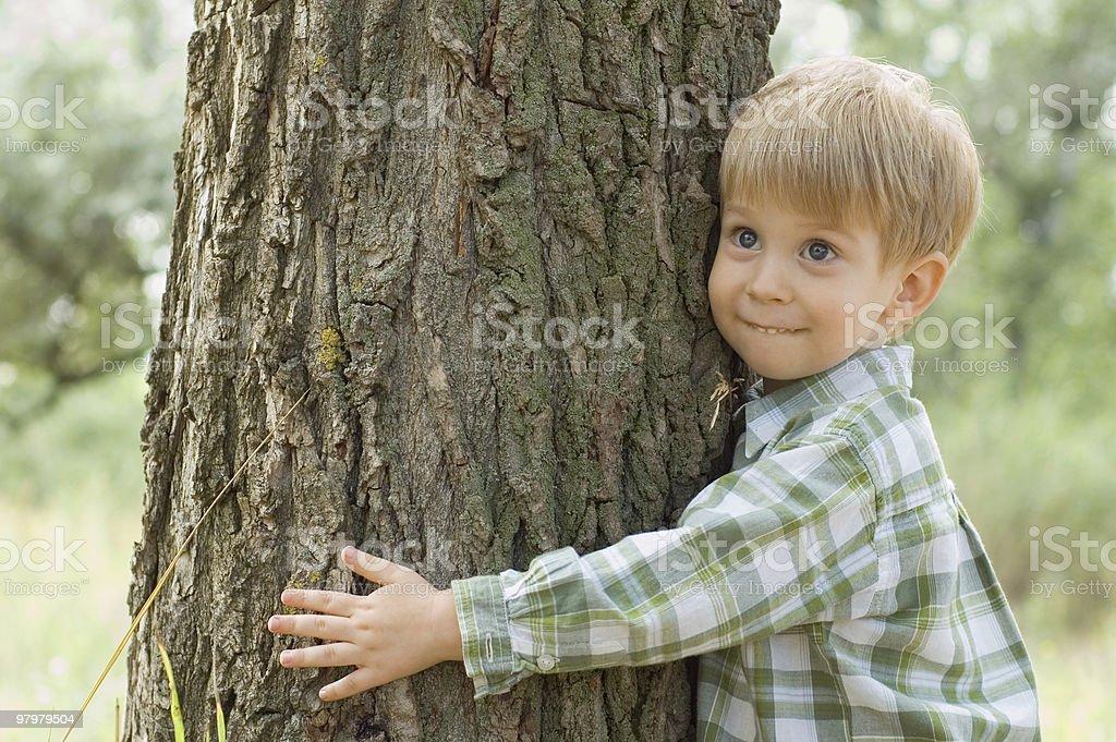 Pflege der Natur – Jungen lernen Sie eine von Bäumen – Foto