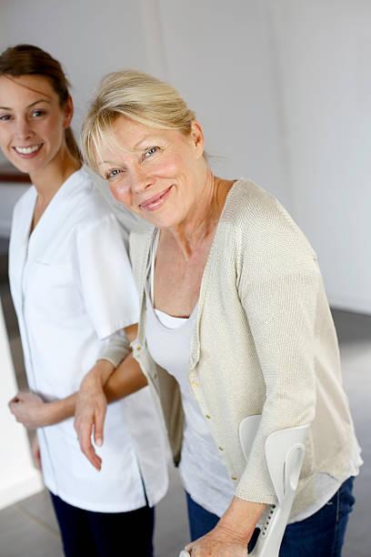 Pflege Frau helfen Frau zu Fuß im Haus – Foto