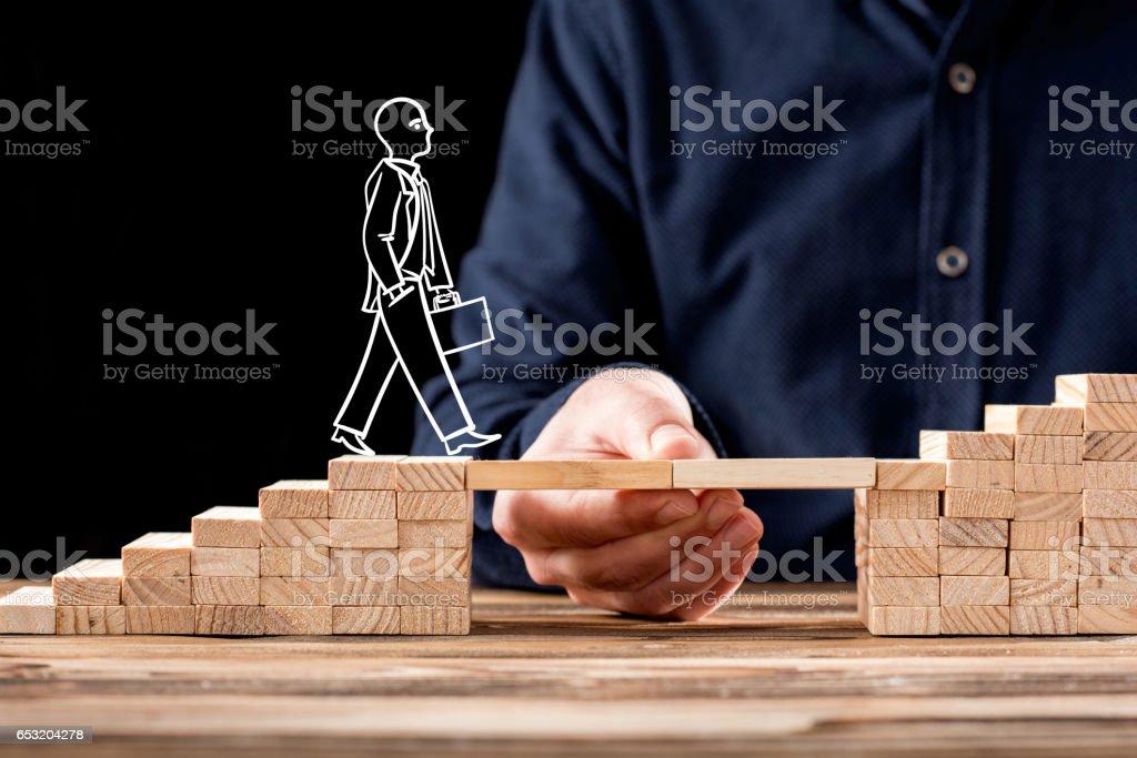 Karriere-Planung-Konzept. Geschäftsmann immer Hilfe Brücken bauen zum Erfolg. – Foto