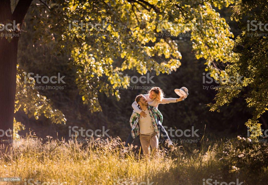 Kaygısız bir kaç bahar günü doğada sırasında piggybacking yaparken eğlenmek. - Royalty-free Adamlar Stok görsel