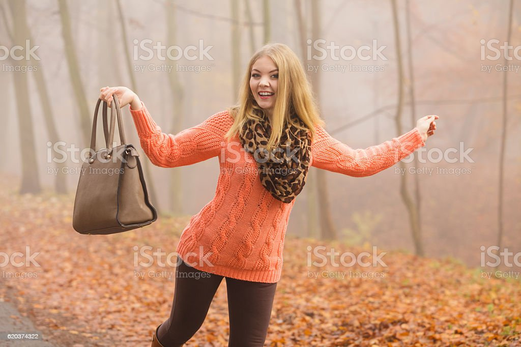 Beztroski moda kobieta relaksujący jesienią park. zbiór zdjęć royalty-free