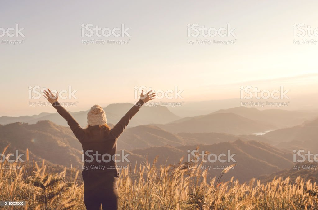 Unbeschwerte glückliche Frau, die Freiheit der Natur genießen – Foto