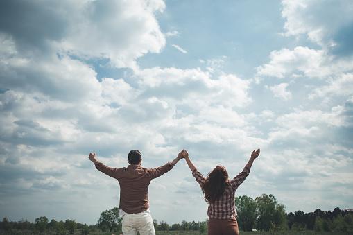 Zorgeloze Man En Vrouw Verhogen Handen Aan De Hemel Stockfoto en meer beelden van Alleen volwassenen