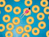 気楽な女性にリングのプール