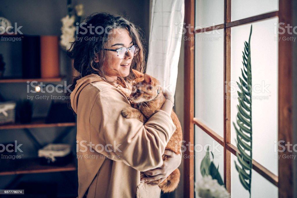 Unbeschwerte Frau mit Katze – Foto