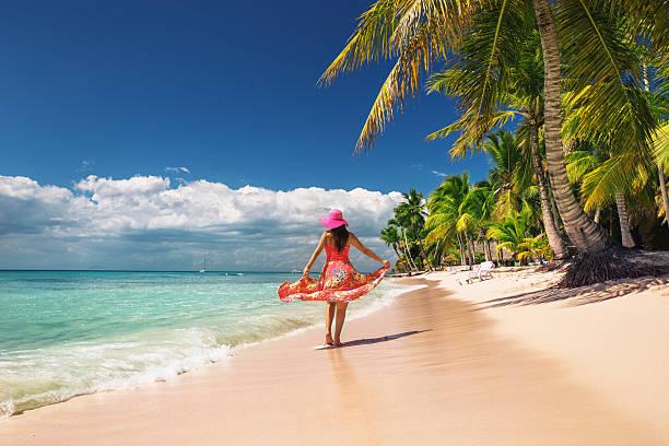 carefree, mujer joven relajante en la playa de la isla - mujeres dominicanas fotografías e imágenes de stock