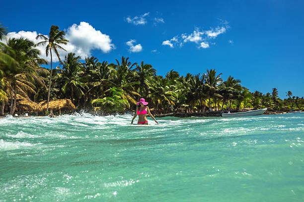 despreocupada mujer joven relajante en la playa tropical - mujeres dominicanas fotografías e imágenes de stock