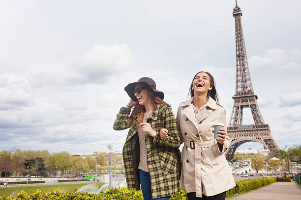 Carefree young women holding hands and having fun in Paris - foto de stock