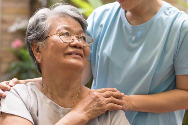 vårdgivare, vårdare handen håller äldste hand kvinna i hospicevård. filantropi vänlighet till inaktiverad koncept. public service erkännande vecka - stötta beskrivande position bildbanksfoton och bilder