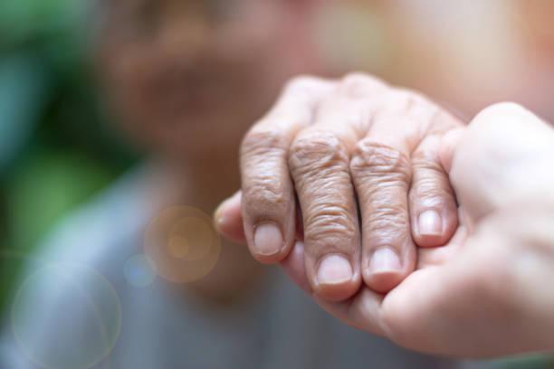 vårdgivare, vårdare handen håller äldste hand kvinna i hospicevård. filantropi vänlighet till inaktiverad koncept. public service erkännande vecka - omsorg bildbanksfoton och bilder