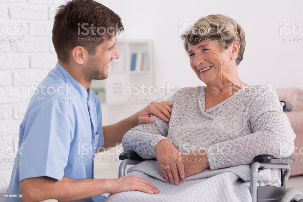 高齢女性を慰める介護者 - 2人のロイヤリティフリーストックフォト