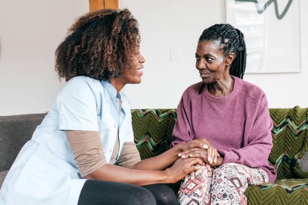 groepsbegeleider in een bejaardentehuis - dementia stockfoto's en -beelden