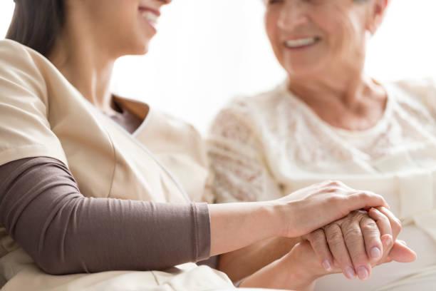 pflege im pflegeheim - hospiz stock-fotos und bilder